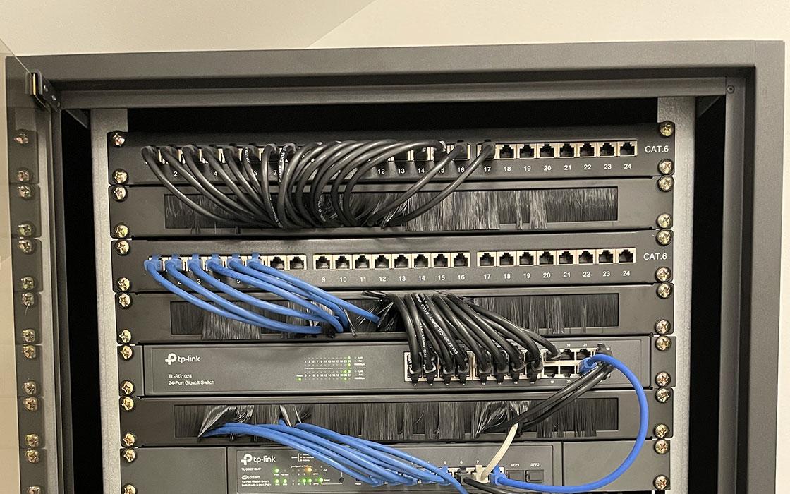 Cablage réseau, raccordement réseau, réseau local, cable ethernet, réseau informatique, baie de brassage, installation baie de brassage, cable rj45, installation réseau local, E-NAUMAD installation réseau informatique, télécommunication